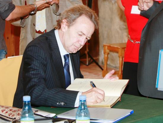 Firma en el libro de honor del Ayuntamiento de Torres