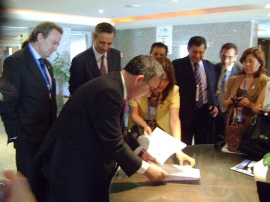 Luz de Loo y Jpsé Soto firmen el convenio de la OIPSS con Perú