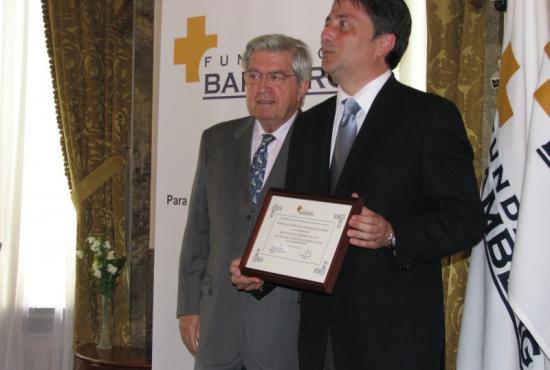 Manuel Cervera recibiendo el Diploma que le entrega el Secretario General de la