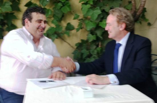 Los presidentes se estrechan la mano tras la firma