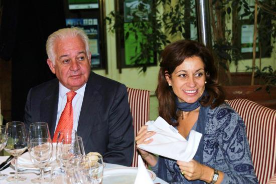 El Dr. Lopez Iborr junto a su hija durante la cena-coloquio con la prensa