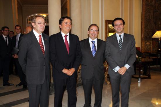 El galardonado junto a los Consejeros de Valencia y Madrid y el Presidente de la