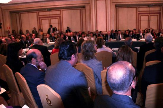 Aspecto de la mesa de debate rodeada de personalidades