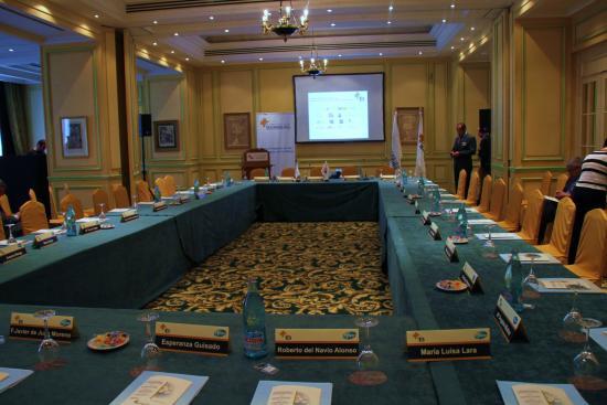 La mesa de debate espera a los invitados al Encuentro