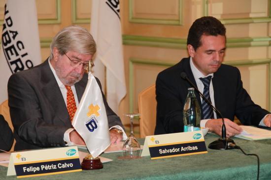 Miguel de Frutos, de Pfizer, presenta al Conferenciante