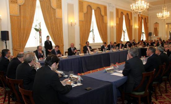 Vista general de la mesa de debate