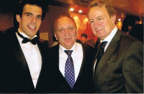 El Tenor Javier Alonso junto al Maestro Menéndez y el presidente de la Fundación